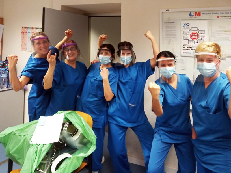 Personal sanitario usando la máscara en la versión de Artenea3d fabricadas con la impresora 3D en la que nos hemos basado.